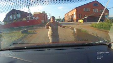 Kendisine araba çarpmış süsü vermeye çalışan kadın