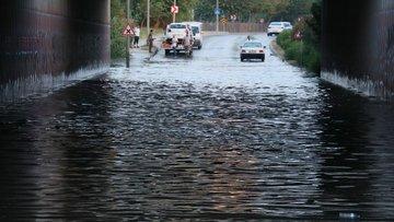 Adana'da sulama kanalı taştı karayolu sular altında kaldı