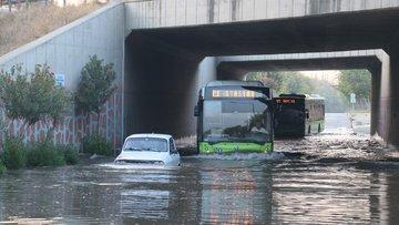 Adana'da sulama kanalı taştı, araçlar yolda mahsur kaldı