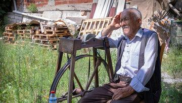Yaşı 82 ama tezgahı sırtında
