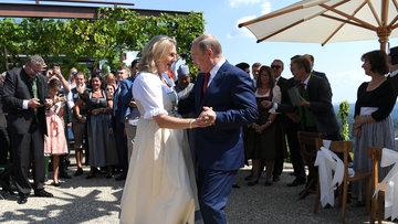 Putin düğünde dans etti