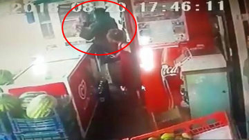Erkek şiddeti bitmiyor! Kızının yanında eşini defalarca bıçakladı