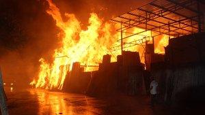 Şanlıurfa'da yangın! 7 işyeri kül oldu...