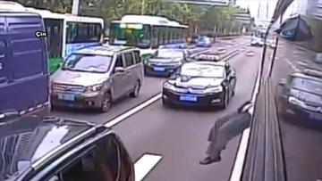 Şoför kapıyı açmayınca camdan çıktı