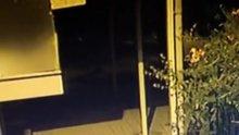 Cami avlusunda bir kişinin yaralandığı bıçaklı kavga kamerada