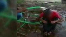 Çocuğun hortumla üzerine su tutulup, dövülmesine tepki