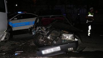 Fatih'te otomobil park halindeki minibüse çarptı