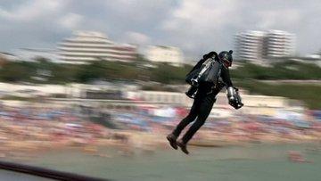 Havada böyle uçtular! İngiltere'de iki jetpack pilotu rekor kırdı