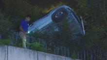 Kağıthane'de trafik kazası! Otomobil istinat duvarında asılı kaldı