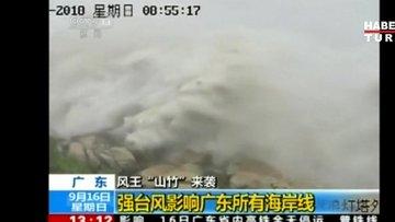 Fırtına Hong Kong'u adeta uçurdu