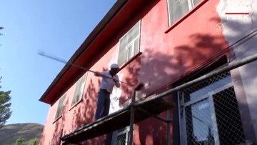 Fedakar öğretmenler okullarını boyadı