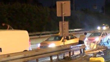 Bariyerlere çarpan otomobil ikiye bölündü: 3 yaralı