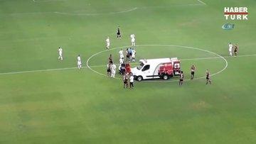 Brezilya'da sahada bozulan ambulansı futbolcular itti