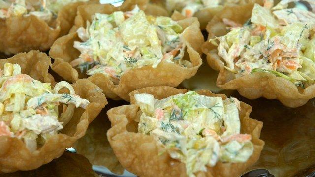Çıtır Kaseli Göbek Marullu Tavuk Salatası