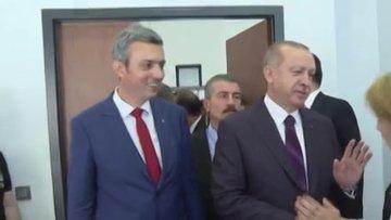 Cumhurbaşkanı Erdoğan okul ziyaretinde o şarkıya eşlik etti