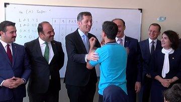 Milli Eğitim Bakanı Selçuk, bakan olmak isteyen çocukla şakalaştı
