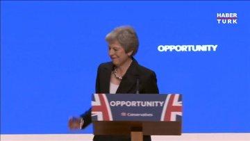Theresa May sahneye dans ederek çıktı!
