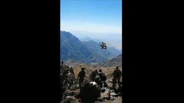 Kahraman pilotlarımızın terörle mücadele harekâtında 3000 m rakımdaki kayalıktan gerçekleştirdiği tahliye