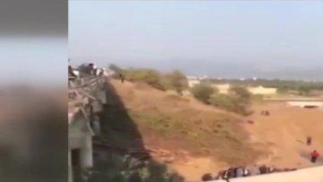Göçmenlerin içinde bulunduğu kamyon devrildi