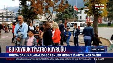 Bu kuyruk tiyatro kuyruğu: Bursa'daki kalabalığı görenler hediye dağıtılıyor sandı