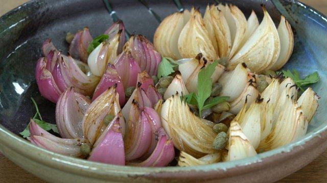 Balsamik sirkeli fırında çiçek soğan