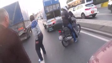 E-5 Karayolu'nda motosikletliden yumruk yiyen sürücü çılgına döndü