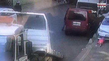 Tamirci adam çekiciden düşen araçla minibüs arasında kaldı...O anlar kamerada