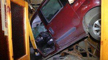 Kocaeli'de ilginç kaza! Hafif ticari araç eve çatıdan girdi
