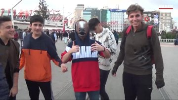 İstiklal Caddesi'nde ilginç görüntü...At maskesi takıp, kestane yedi
