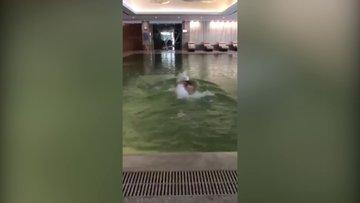 Hülya Avşar'ın havuz keyfi
