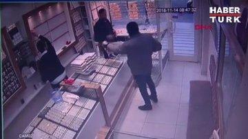 Silahla soyguna geldi, kuyumcu da silahını çekti... O anlar kamerada