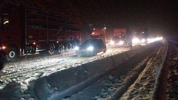 Ulaşıma kar engeli! Yüzlerce araç mahsur kaldı