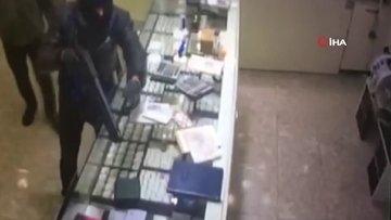 Pompalı tüfekli soyguncuların üzerine atlayan kahraman kuyumcu kamerada