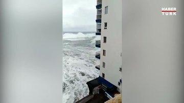 İspanya'da korkunç olay: Dev dalgalar balkonları yıkıp geçti!