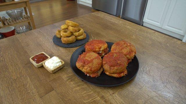Islak Hamburger ve Kaşarlı Soğan Halkası