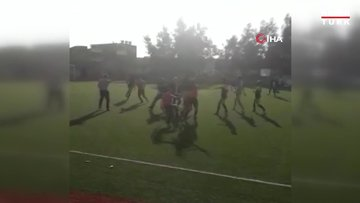 Futbolcu, hakeme uçan tekme attı