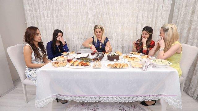 Simge Hanım'ın pastayı kesememesi ortamı geriyor!