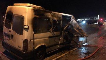 Seyir halindeki minibüs alev alev yandı