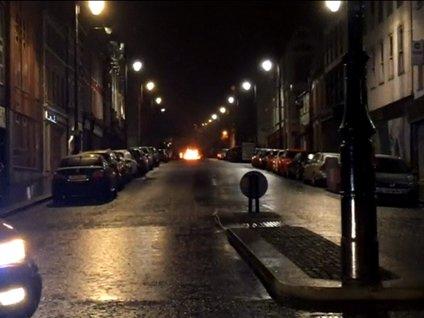 <p>Kuzey Irlanda'nin Londonderry kentinde bir araçta meydana gelen patlamanin ardindan polis bölgeyi bosaltirken, süpheli bir baska araç inceleme altina alindi.<br />Kuzey Irlanda polisinden yapilan açiklamada Londonderry kentinde yerel saatle 20.15'te park halindeki bir araçta patlama meydana geldigi bildirildi.</p>