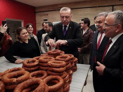 <p>Cumhurbaskani Recep Tayyip Erdogan, AK Parti Ordu Belediye Baskan adaylarini açiklamak üzere geldigi Ordu'dan ayrilmadan önce vatandaslarla bir araya geldi. Davet üzerine bir simit firinina giren Cumhurbaskani Erdogan, vatandaslarla çay içip simit yedi</p>