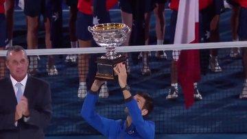 Avustralya Açık'ta şampiyon Djokovic kupayı kaldırdı