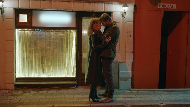 Kadir, Zeynep'i öpüyor!
