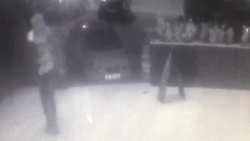 Bıçaklanan kişi eğlence mekanına sığındı