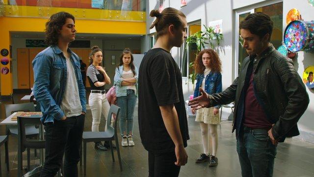 Hasan ve Bedriye, Artemis'in okuluna kayıt oluyor!