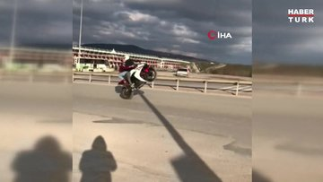 Motosiklet üzerinde kız arkadaşını kucağına alıp tek teker giden maganda kamerada