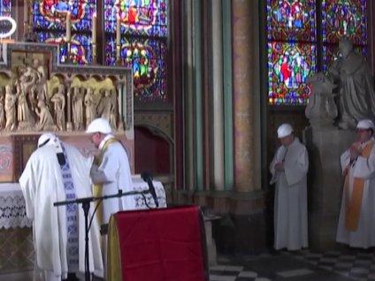 Notre Dame'daki yangının ardından kasklı ayin