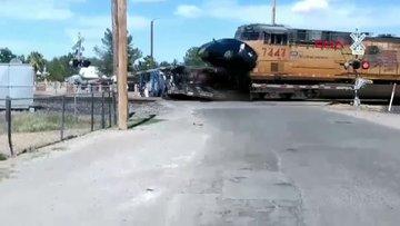 Tren, hemzemin geçitteki TIR'a böyle çarptı