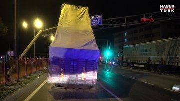 Bolu dorsesi açık kalan kamyon EDS direğine çarptı
