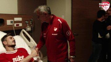 A Milli Takım, Dorukhan Toköz'ü hastanede ziyaret etti