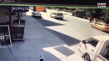 Pendik'te otomobil, durakta bekleyen vatandaşlara çarptı